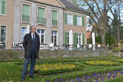 Dr. Martin Faass vor der Liebermann-Villa am Wannsee