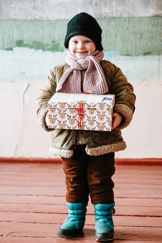 Kind mit Geschenk