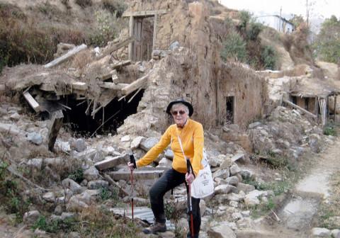 Die 79-Jährige brachte die Spenden persönlich in den Himalaja.