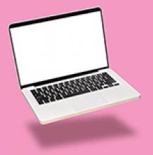 Laptop vor pinkem Hintergrund