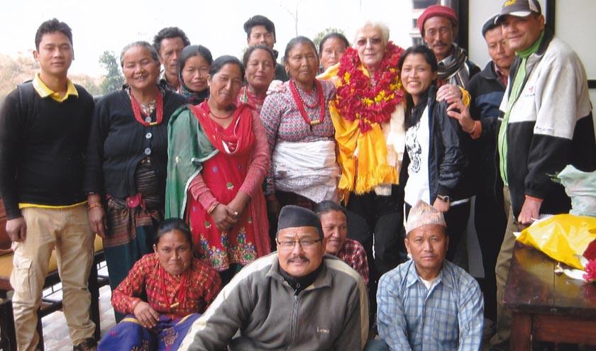 Margret Thalmann verteilte Geld an nepalesische Familien.
