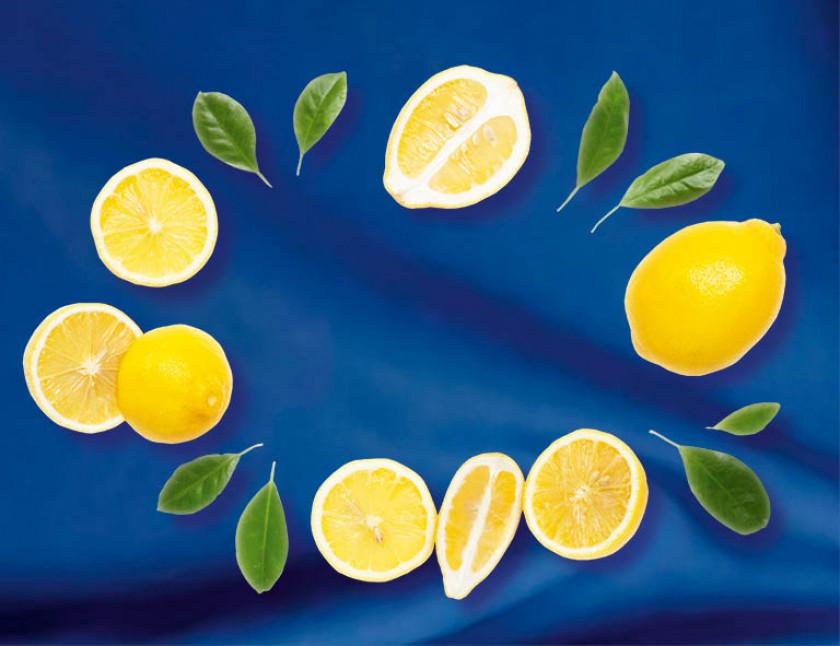 Zitronen vor blauer Flagge